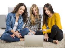 Девушки изучая дома Стоковые Фотографии RF