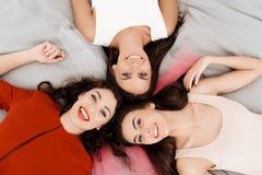 Девушки имеют большое время на куриц-партийном Фото конца-вверх bridesmaids и праздновать невесты Стоковые Фото