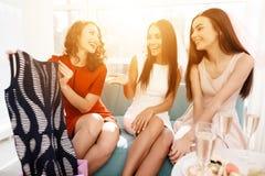 Девушки имеют большое время на куриц-партийном Bridesmaids и праздновать невесты Стоковые Фото