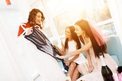 Девушки имеют большое время на куриц-партийном Bridesmaids и праздновать невесты Стоковые Изображения