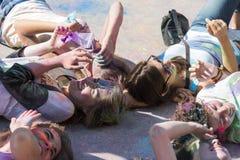 Девушки имеют потеху во время фестиваля цвета Стоковое фото RF