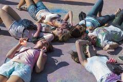 Девушки имеют потеху во время фестиваля цвета Стоковые Фото