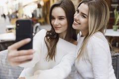 Девушки имеют потеху в кафе стоковая фотография