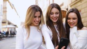 Девушки имеют потеху в кафе сток-видео
