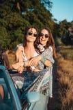 2 девушки имеют потеху в сельской местности Стоковые Изображения