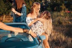 Девушки имеют потеху в сельской местности Стоковые Изображения RF