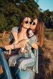 2 девушки имеют потеху в сельской местности Стоковое Изображение