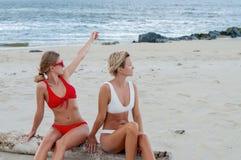 2 девушки имеют потеху на пляже Лучшие други, летние каникулы стоковая фотография rf