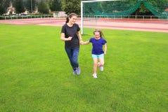 Девушки имеют потеху на стадионе Стоковая Фотография RF