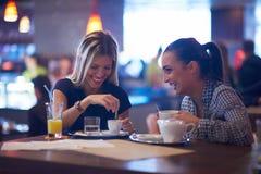 Девушки имеют чашку кофе в ресторане Стоковая Фотография RF