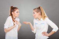 2 девушки имея аргумент, межличностный конфликт Стоковое Изображение RF