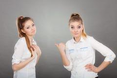 2 девушки имея аргумент, межличностный конфликт Стоковые Изображения