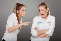 2 девушки имея аргумент, межличностный конфликт Стоковые Фото