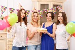 Девушки имея вечеринку по случаю дня рождения Стоковое Фото