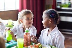 Девушки имея еду в буфете Стоковое фото RF