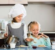 Девушки имея завтрак с кашой Стоковая Фотография