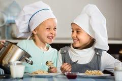 Девушки имея завтрак с кашой Стоковое Изображение RF
