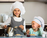 Девушки имея завтрак с кашой Стоковая Фотография RF