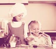 Девушки имея завтрак с кашой Стоковое Фото