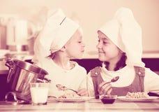 Девушки имея завтрак с кашой Стоковое фото RF