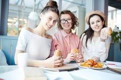Девушки имея закуску Стоковые Фото