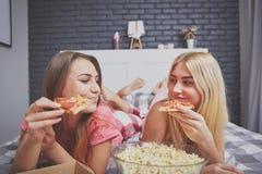Девушки имея обедающий в кровати Стоковые Изображения RF