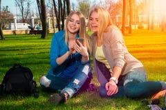 Девушки имея потеху в парке Стоковое Изображение RF
