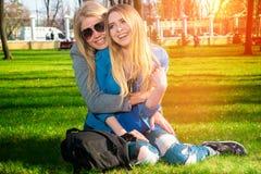 Девушки имея потеху в парке Стоковые Изображения RF