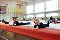 Девушки имея потеху в спортзале Стоковые Изображения