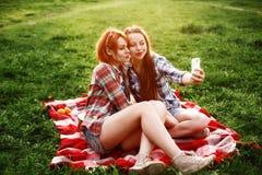 Девушки имея потеху делая Selfie Стоковая Фотография RF
