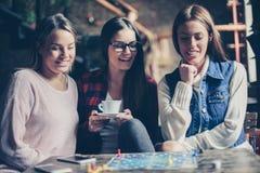3 девушки имея потеху и играя игру Стоковые Фотографии RF