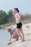 Девушки имея потеху, наслаждаясь природой Стоковые Изображения RF