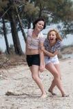 Девушки имея потеху, наслаждаясь природой Стоковое фото RF