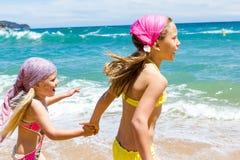 Девушки имея потеху на пляже. Стоковые Изображения