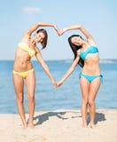 Девушки имея потеху на пляже Стоковая Фотография