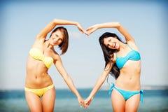 Девушки имея потеху на пляже Стоковое Изображение RF