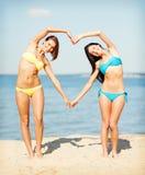 Девушки имея потеху на пляже Стоковая Фотография RF