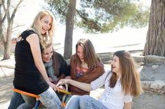 Девушки имея потеху Стоковая Фотография