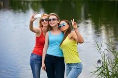 3 девушки имея потеху outdoors Стоковое фото RF
