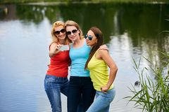 3 девушки имея потеху outdoors Стоковое Изображение