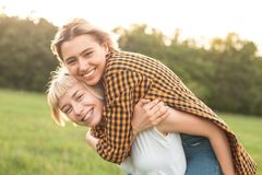 2 девушки имея потеху outdoors Стоковые Изображения