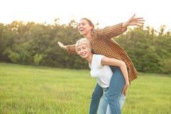 2 девушки имея потеху outdoors Стоковая Фотография RF