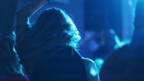 Девушки имея танцы потехи сток-видео