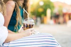 Девушки имея чашку кофе outdoors Стоковое Фото