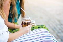 Девушки имея чашку кофе outdoors Стоковые Фотографии RF