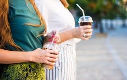 Девушки имея чашку кофе outdoors Стоковое фото RF