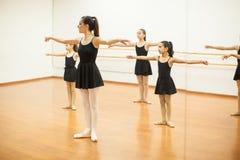 Девушки имитируя учителя в танц-классе Стоковые Изображения