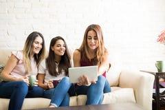 Девушки используя планшет Стоковые Изображения
