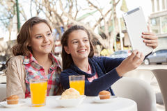 Девушки используя таблетку в улице Стоковые Фото