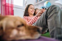 Девушки используя умный телефон Стоковая Фотография RF